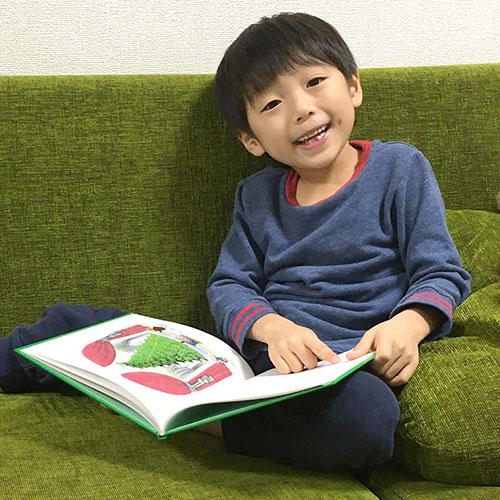 6歳の子どもが絵本を読んでいる